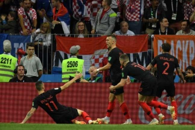 Perisic vibra e é celebrado pelos seus companheiros e a torcida da Croácia logo após marcar o gol de empate de sua seleção, iniciando a reação que levou o o time ao triunfo sobre a Inglaterra e para a final da Copa(centro) AFP