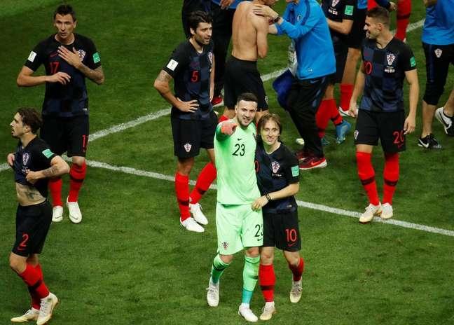 Os jogadores croatas celebram a vitória contra a Inglaterra na semi-final