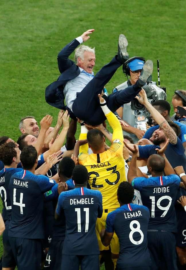 Jogadores comemoram título mundial com o técnico Didier Deschamps