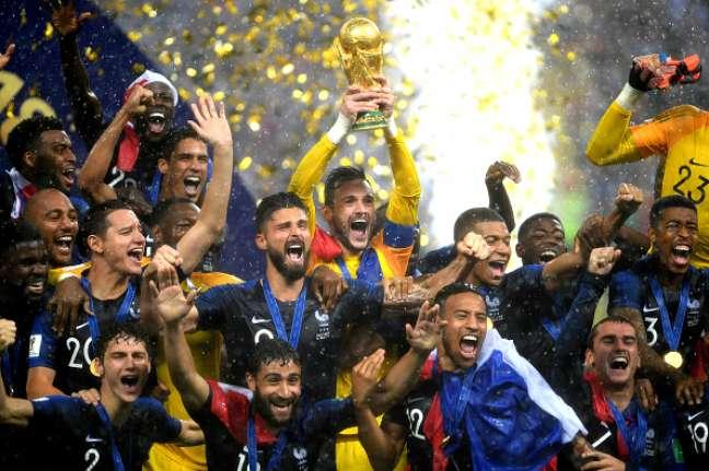 Franceses erguem a taça da Copa do Mundo