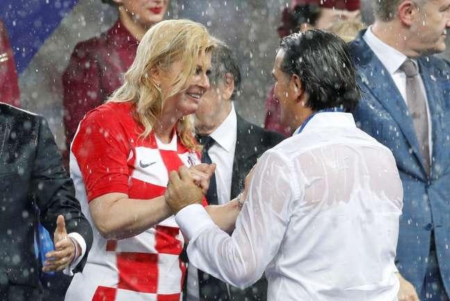 Presidente da Croácia, Kolinda Grabar Kitarovic em momento tenro com o técnico croata Zlatko Dalić