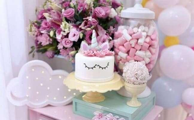 49- Mesa para o bolo de festa de unicórnio.