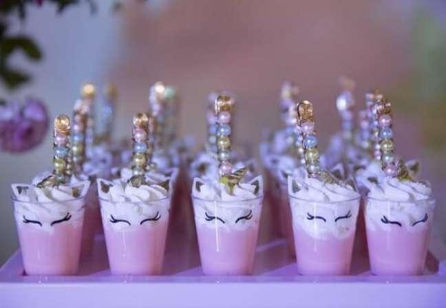 56- Copinhos para doce com adesivo de unicórnio.