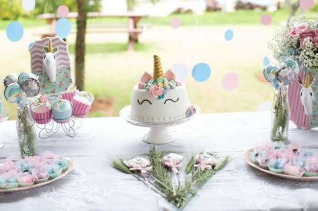 7- Festa tema unicórnio tem na mesa principal bolo e docinhos com o mesmo tema.