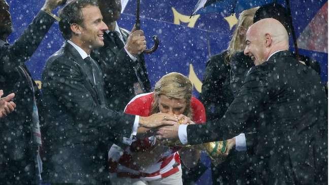 A presidente croata desafiou a chuva durante o encerramento do Mundial