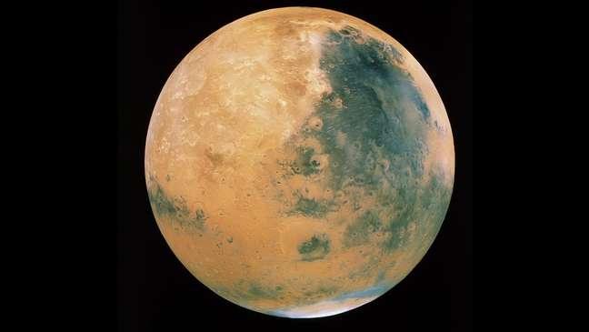 Descoberta de lago subterrâneo, após anos de análise de dados de sonda espacial lançada em 2003, aumenta chances de se encontrar vida no planeta.