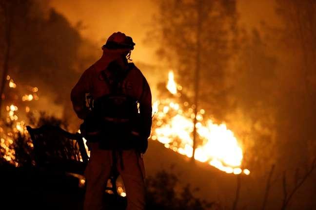 Bombeiro observa incêndio na Califórnia 27/07/2018 REUTERS/Fred Greaves