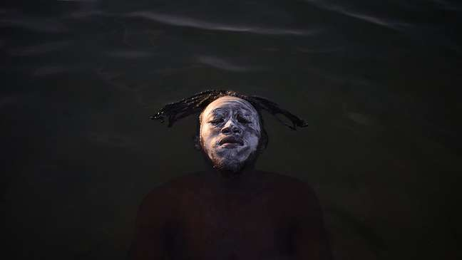 Congoleses aproveitam dias de sol para pasar o dia no piscinão de Ramos, praia artificial na zona norte do Rio