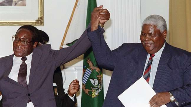 Reputação temível de Mnangagwa tem origem na guerra civil da década de 1980 entre o partido Zanu, de Mugabe (à esq.), e o partido Zapu, de Joshua Nkomo (à dir.)