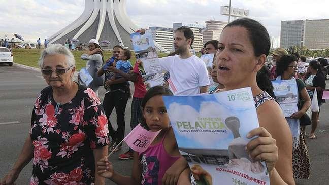 Manifestantes protestam contra o aborto enquanto STF e Congresso vão para lados opostos no debate sobre o tema