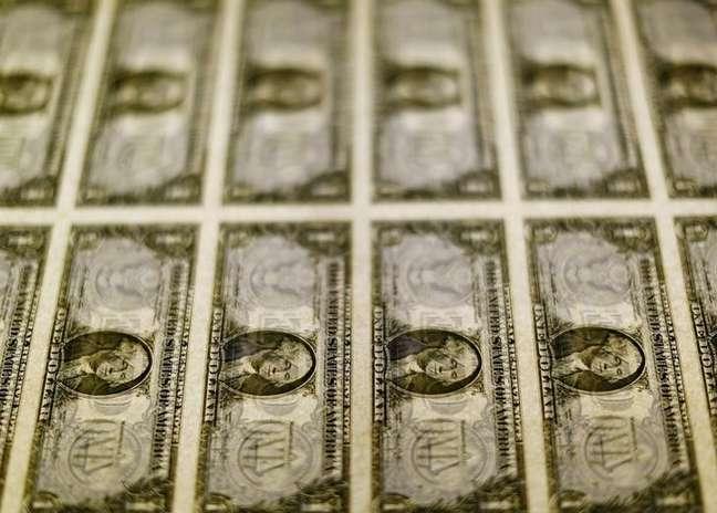 A mediana das expectativas para o dólar no fim deste ano seguiu em R$ 3,70, mesmo valor verificado há um mês