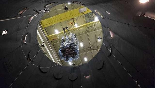 A nave é colocada numa câmara de vácuo termal para simular as condições que enfrentará