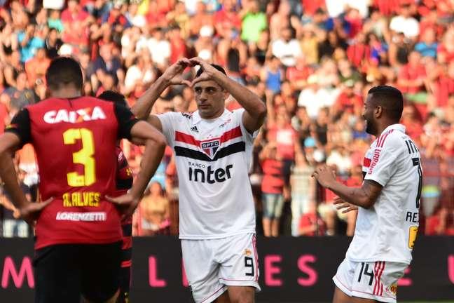 Respeitosamente e sem efusividade, Diego Souza comemora seu gol contra o Sport