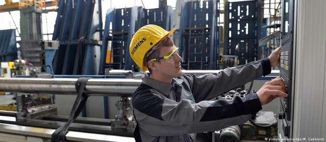 Trabalhador numa fábrica da Siemens na Alemanha