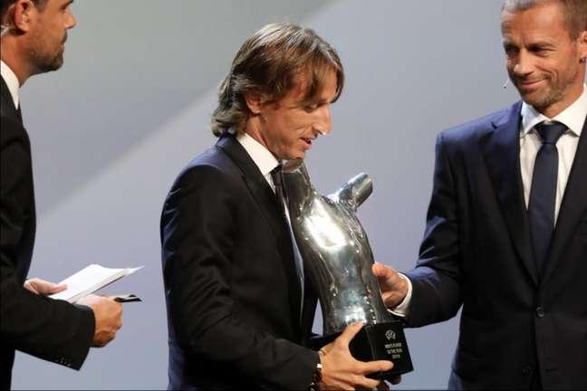 Modric recebe o prêmio de melhor jogador da Uefa (Foto: Valery Hache/AFP)