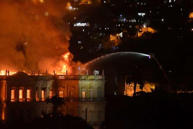 Um incêndio atinge o Museu Nacional, situado na Quinta da Boa Vista (zona norte do Rio), na noite deste domingo, 2; os bombeiros foram acionados às 19h30 e às 20h20 estavam combatendo o fogo