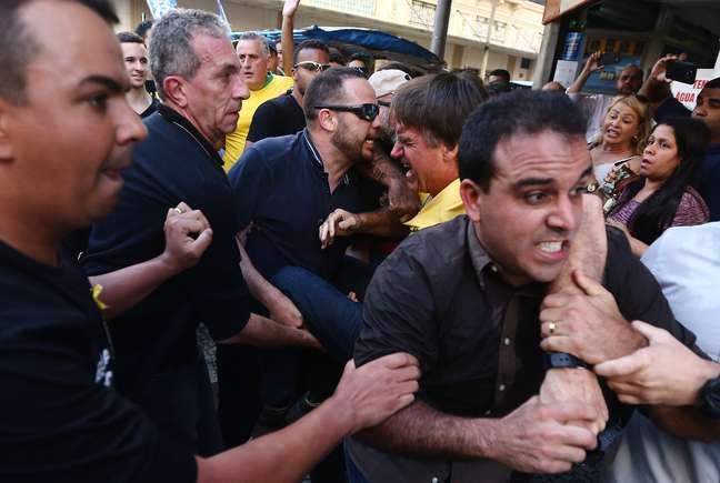 Bolsonaro foi atingido por facada e passa por cirurgia