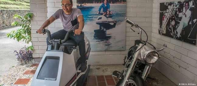 Turista tira foto no jet-ski de Pablo Escobar no museu dedicado ao narcotraficante em Medellín