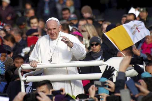 Francisco passeia de papamóvel em Tallinn, na Estônia
