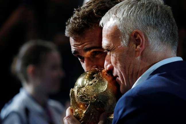 Deschamps e Griezmann beijam a taça de campeões do mundo