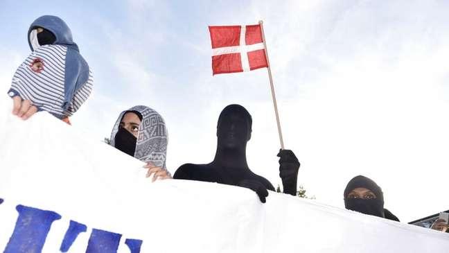 Manifestantes em protesto contra a proibição do véu islâmico na Dinamarca: nova proposta envolvendo muçulmanos causa polêmica