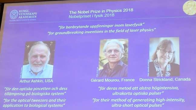 Slide da revelação dos ganhadores do Nobel de 2018. 'Por invenções revolucionárias na física de lasers', diz a legenda.