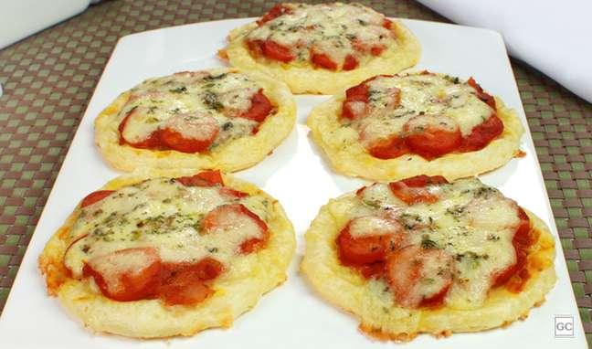 19. Minipizza de pão de queijo: fácil de montar e gostosa de comer!