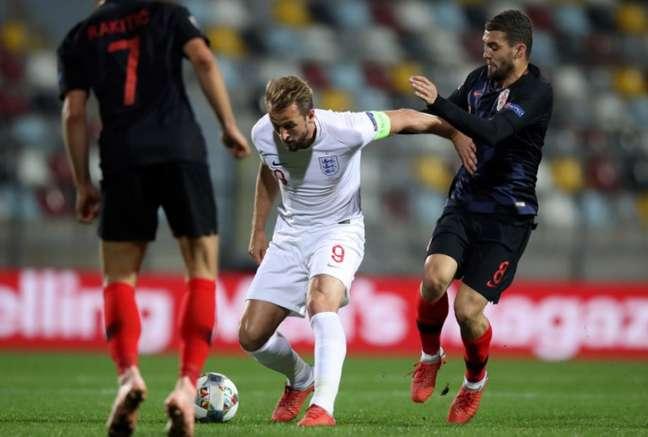 Rakitic de olho! Kane tenta escapar da marcação de Kovacic (Foto: AFP)