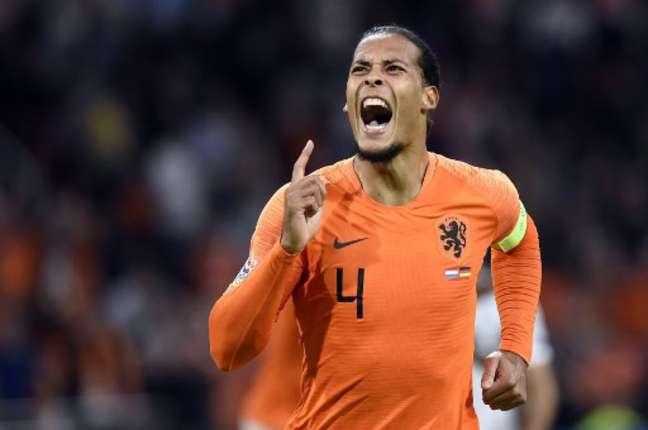 Van Dijk fez o primeiro gol da partida (Foto: John Thys / AFP)