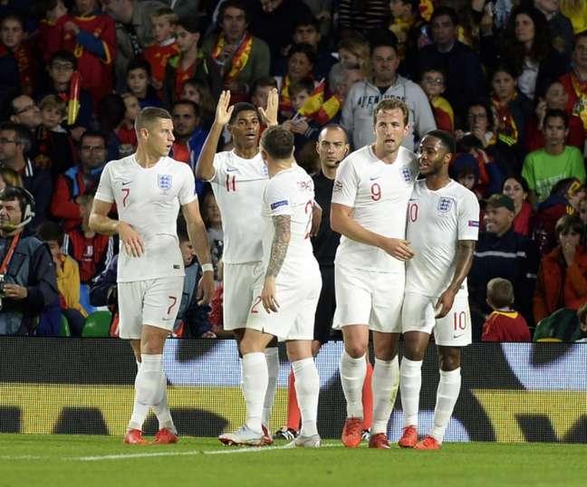 Jogadores comemoram o primeiro gol da Inglaterra, marcado por Sterling (Foto: AFP)