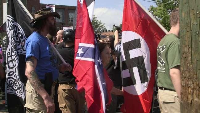 Manifestantes exibiram bandeiras nazistas e dos Estados Confederados da América, que representa os estados sulistas nos EUA na época da Guerra Civil, durante marcha em Charlottesville