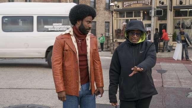 Spike Lee (à dir.) e John David Washington, que faz o papel de Ron Stallworth, no set de filmagens de BlacKkKlansman