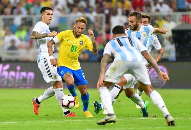 Neymar é marcado por jogadores da Argentina
