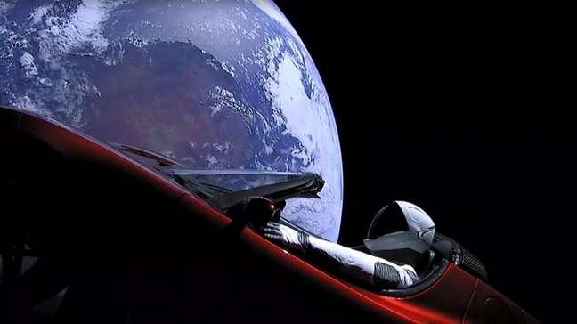 Obcecado com a possibilidade de fazer assentamentos na Lua e em Marte, Musk lançou seu primeiro carro Tesla no espaço