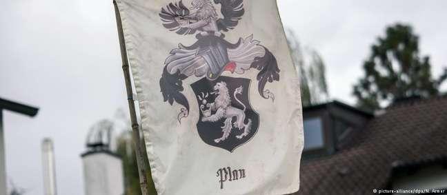 """Bandeira de um """"reino"""" diante de uma casa em Georgensgmünd, na Baviera"""