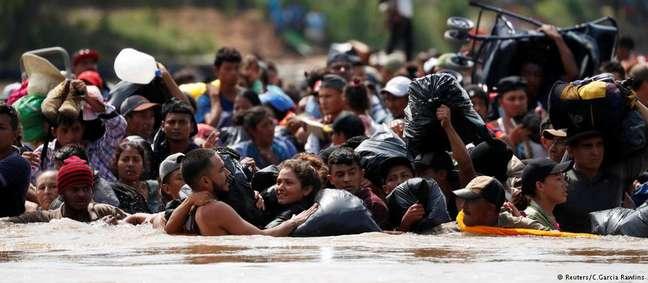 Integrantes da segunda caravana atravessaram rio na fronteira entre Guatemala e México