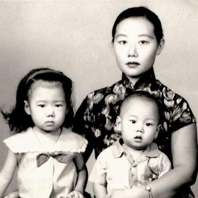 Liu Lin (à esq.) com a mãe e o irmão mais novo quando deixaram a China para morar no Brasil