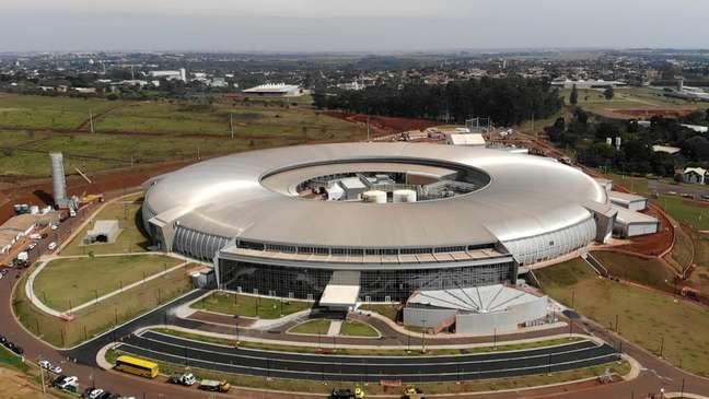 Prédio semelhante a uma arena de futebol, orçado em R$ 1,8 bilhão, é a maior construção científica já feita no Brasil