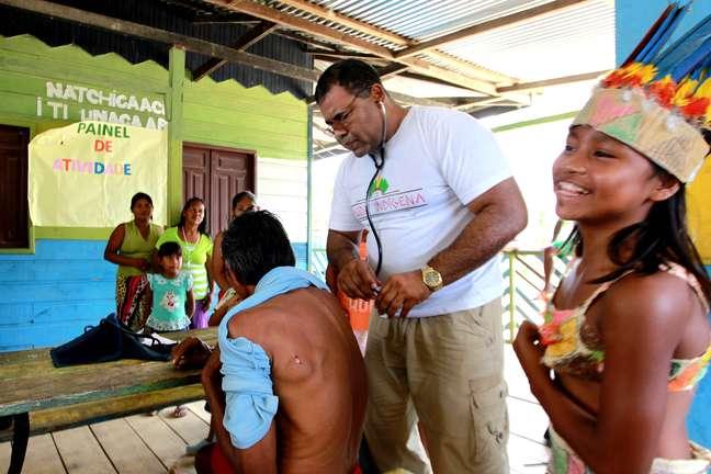 Dr. Gustavo Vargas, integrante da equipe do Mais Médicos em Tabatinga (AM), atende a comunidade indígena de Belém dos Solimões