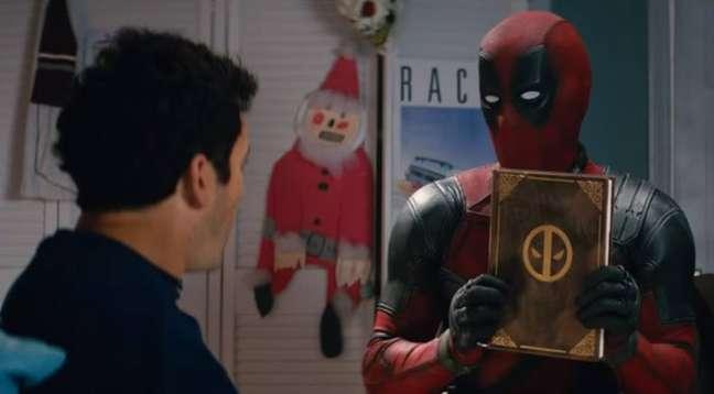 Ryan Reynolds como Deadpool em cena com Fred Savage.