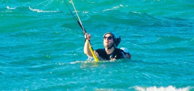 Caio Paduan nas águas do mar cearense segundos antes de curtir o kitesurf