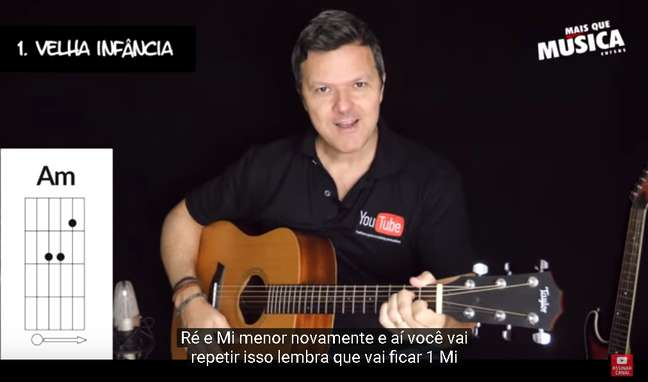O multi-instrumentista durante uma aula online em seu canal no YouTube