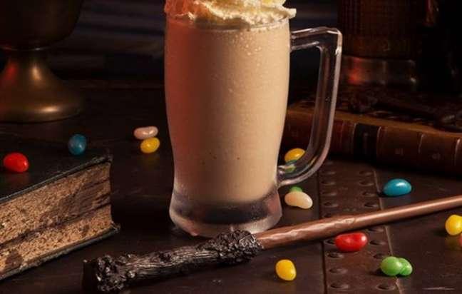 Butter Frappuccino doStarbucks em ambiente que lembra muito 'Harry Potter'