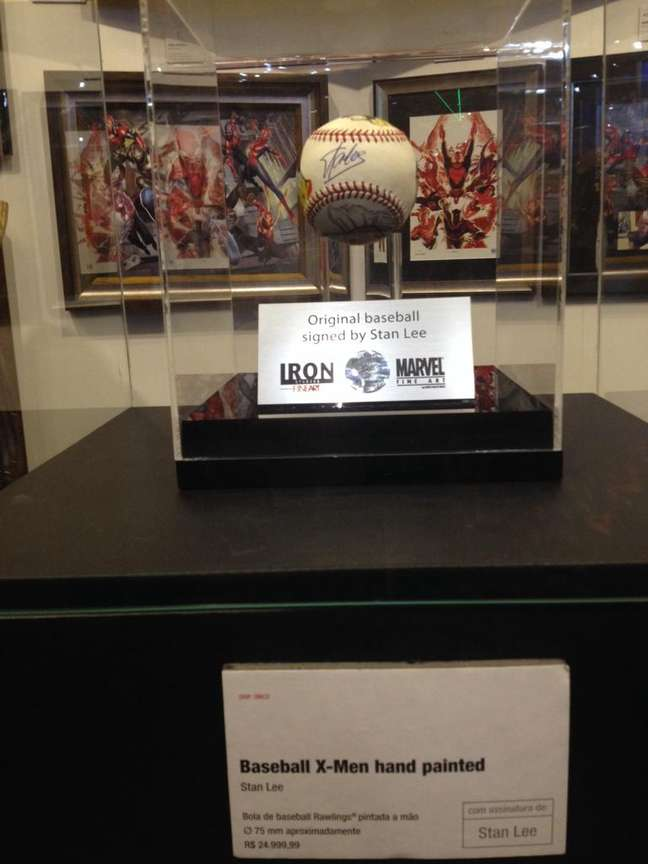 Bola de beisebol original, pintada à mão por artistas da Marvel e assinada por Stan Lee. Peça é vendida a R$ 25 mil.