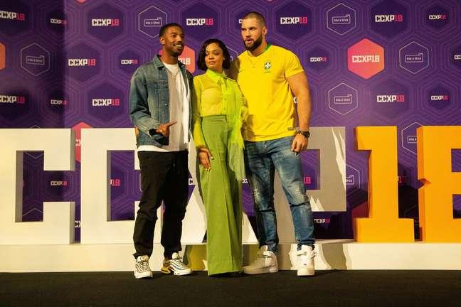 """Os atores de """"Creed 2"""", MicB. Jor. Jordan, Tessa Thompson e Florian Munteanu, participaram do painel da Warner na manhã deste domingo, 9, durante a CCXP 2018"""