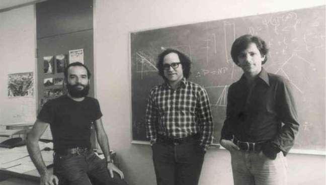 Leonard Adleman (à direita) no inícios dos anos 1980, quando era professor