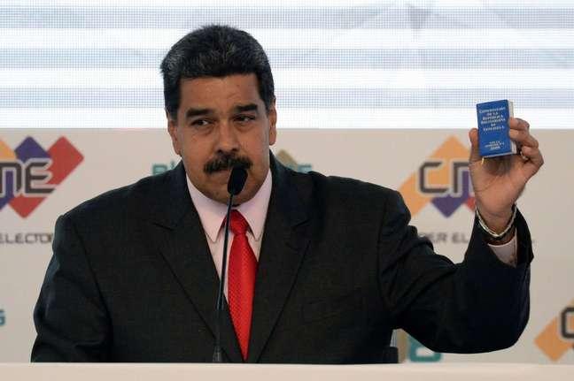 O presidente venezuelano costuma mostrar uma cópia da Constituição durante seus pronunciamentos