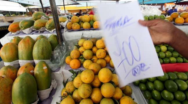 Banca de frutas em feira de São Paulo 09/12/2015 REUTERS/Paulo Whitaker