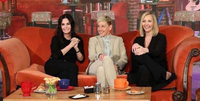 Courteney Cox, Ellen DeGeneres e LisaKudrowem estúdio da cafetaria 'Central Perk'
