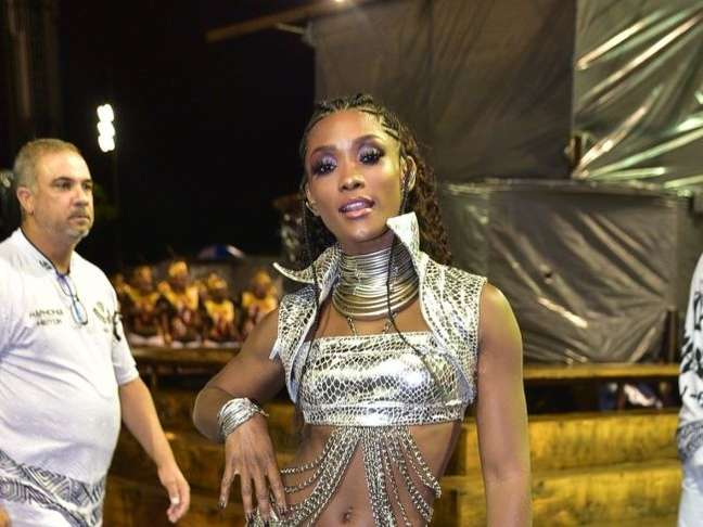 No ensaio de carnaval da escola de samba Vai-Vai, em São Paulo, Érika Januza apostou no look metalizado